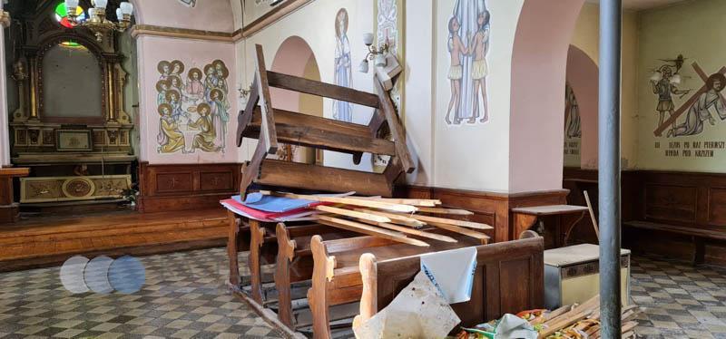 Wnętrze po wandalach w kościele w Rzeszowie