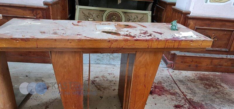 Usuwanie śladów krwi z ołtarza w Rzoszowie